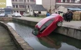 Tài xế lơ đãng, ô tô tự đâm đầu xuống sông