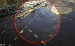 Liều lĩnh băng qua đường đón xe điện, cô gái bị ô tô hất tung