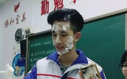 """Nam sinh Trung Quốc vẫn """"siêu cấp"""" đẹp trai dù mặt trét đầy bánh kem!"""