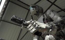 """Robot bắn súng bằng hai tay gây tranh cãi dữ dội về """"cỗ máy giết người"""""""