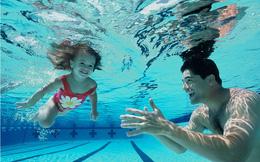Nếu chưa biết bơi, hãy xem hướng dẫn này để tự tin xuống bể ngay trong mùa hè này