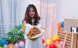 Kỷ niệm 6 năm yêu, cô gái được bạn trai tặng... 15 chiếc đùi gà rán vì chê hoa mau tàn