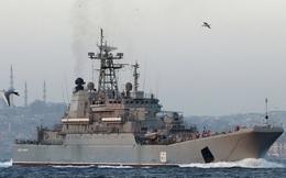Các chiến hạm Nga run rẩy đi qua họng súng ở eo biển Bosphorus