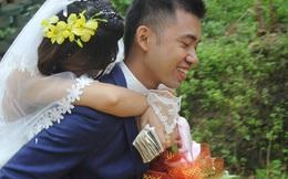 Đám cưới mùa mưa bão: Chú rể hạnh phúc cõng cô dâu qua đoạn đường ngập nước và bùn đất