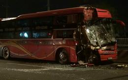 Phụ xe khách mắc kẹt kêu cứu sau cú tông đuôi xe container
