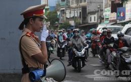 CSGT trực tiếp phát loa tuyên truyền luật giao thông tại các ngã tư