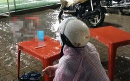 Vợ đội mưa chờ chồng đá bóng: Hình ảnh dễ thương bỗng xấu xí qua mắt nhiều người