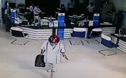 Camera ghi cảnh kẻ bịt mặt, cầm súng xông vào cướp ngân hàng giữa ban ngày