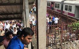 Ấn Độ: Sợ sập cầu đi bộ, người dân giẫm đạp lên nhau bỏ chạy khiến 22 người thiệt mạng