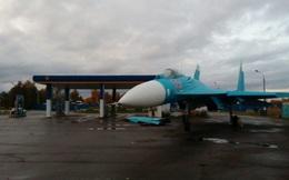 """Chuyện lạ: Tiêm kích Su-27 """"ghé"""" trạm xăng trên đường cao tốc xin nhiên liệu?"""