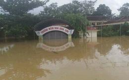 Ảnh: Nước ngập mái nhà, 'bủa vây' trường học ở Nghệ An