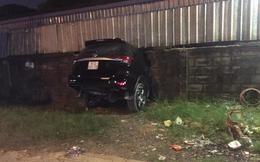 Tài xế đạp nhầm chân ga, ô tô tông thủng bức tường