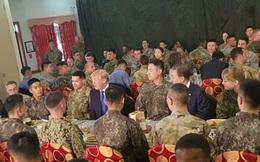 Tổng thống Donald Trump ăn trưa với binh sĩ trong doanh trại Mỹ ở Hàn Quốc