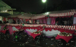 Clip: Hàng trăm người đang háo hức bên mâm cỗ cưới bỗng mưa to kèm theo gió mạnh làm đổ sập cả phông rạp
