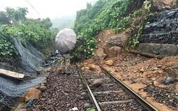 Đèo Hải Vân tiếp tục sạt lở, đường sắt Bắc Nam tê liệt