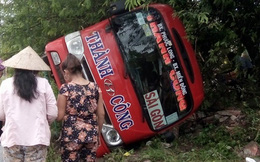 """Xe khách mất lái lao thẳng vào gốc cây rồi """"ngửa bụng"""" bên vệ đường"""