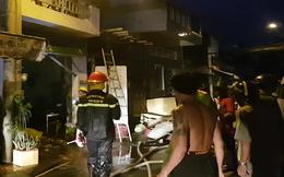 Cháy nhà chứa phế liệu nằm trong hẻm sâu
