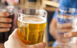 Trước khi uống bia rượu, nam giới hãy đọc kỹ 4 lời khuyên giảm tác hại này