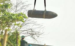 Đây là việc cần làm khi đang gỡ bom, chứ không phải chen lấn đứng trên cầu nhìn