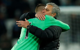 Mourinho ôm chặt 'người hùng' De Gea sau trận thắng