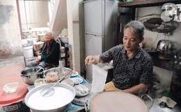 Hàng bánh cuốn già bằng cả đời người, 70 năm tuổi trên phố Thụy Khuê, từ thời bao cấp vẫn giữ giá 10 nghìn/đĩa đầy