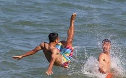 U20 Việt Nam diện đồ bơi cá tính trên biển