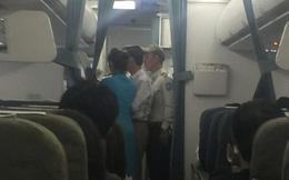 Khách hạng thương gia bị dẫn xuống máy bay vì hơi men