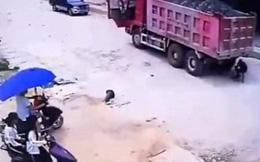Bé trai thoát chết dưới gầm xe tải nhờ ứng biến thông minh