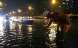 """TPHCM: 1 giờ siêu máy bơm """"giải cứu"""" đường Nguyễn Hữu Cảnh trong cơn mưa lớn nhất mùa"""
