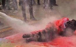 Chú rể bị thương nghiêm trọng khi rước dâu vì bị mọi người trói vào cột cùng bánh pháo rồi châm lửa đốt