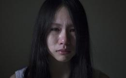 """Ký ức đẫm nước mắt của cô gái có bố """"nát rượu"""": Bị bố cầm dao dọa chém, đêm trốn đi ngủ nhà hoang"""