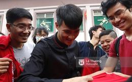 Chủ tịch Công Vinh trực tiếp bán vé, ký tặng áo cho fan TPHCM