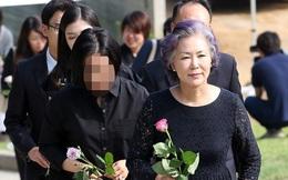 Tròn 7 năm ngày Park Yong Ha mất, mẹ tài tử đã có thể mỉm cười đi viếng mộ con trai