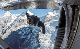 """Lao từ đỉnh núi, """"người bay"""" đáp vào máy bay trên không"""