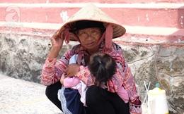 Người người đi lễ trong mùa Phật Đản, riêng em theo mẹ bán hàng rong trước cổng chùa