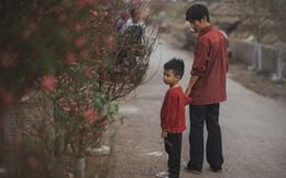 Bộ ảnh gây xúc động về tình cha con với cái Tết của người nghèo