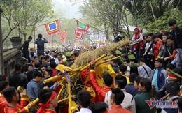 Clip nóng: Bay qua rào tranh cướp lộc đền Gióng