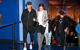 Bị treo giò, Neymar đi xem phim với bạn gái xinh xắn