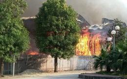 Hà Nội: Cháy dữ dội tại khu đất 1.000 m2 gần đường Võ Chí Công, khói đen bốc cao hàng chục mét