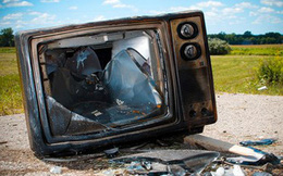 Công nhân sửng sốt phát hiện tiền tỷ giấu trong tivi cũ