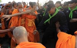 Cảnh đối đầu quyết liệt giữa hàng nghìn sư Thái và cảnh sát