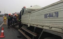 Cảnh sát cắt nóc xe tải cứu tài xế kẹt cứng trong cabin