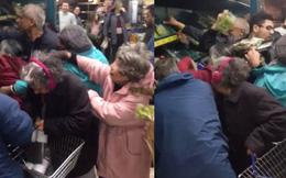 Anh: Vì vài bó rau củ giảm giá, khách hàng xông vào tranh cướp hỗn loạn trong siêu thị