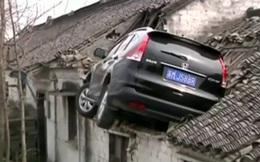 Ô tô bay lên mái nhà, tài xế không hiểu vì sao