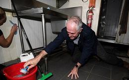 Thủ tướng Úc quỳ gối dọn dẹp giúp người dân sau bão