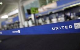 Cộng đồng mạng quốc tế kêu gọi tẩy chay hãng hàng không lôi kéo khách đầy thô bạo