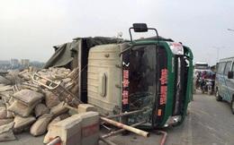 Xe chở xi măng bất ngờ lật nghiêng trên cầu Thanh Trì