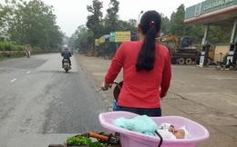 Xúc động hình ảnh mẹ bán rau, bỏ con trong thau đạp xe đi muôn nơi….