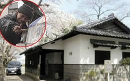 Người đàn ông sống chui lủi 3 năm trong căn gác mái nhà vệ sinh công cộng, tích trữ 500 chai nước tiểu