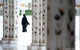 Một loạt công chúa Ả Rập ngược đãi người hầu